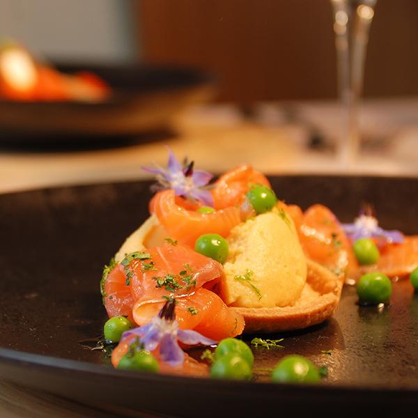 Saumon en Gravlax, tartelette aux pois chiches, caviar d'aubergine et poivron, huile de sésame et coriandre fraîche