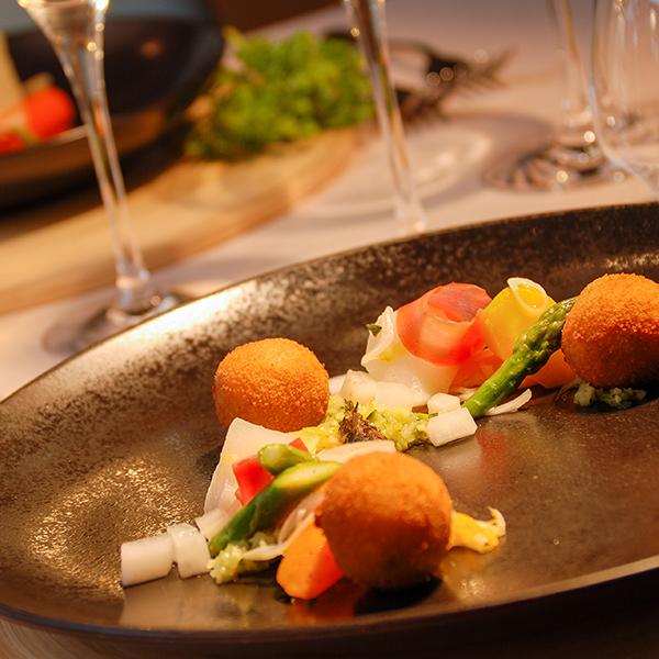 Croquettes de pommes de terre aux algues, petits légumes, confit d'algues au citron, huile de noisettes